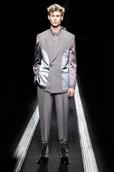 The World's Fashion Business News Fashion Week, Fashion Show, Mens Fashion, Christian Dior Homme, Raf Simmons, Men Looks, Men's Collection, French Fashion, Business Fashion
