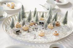 Tisch-Deko für kalte Wintertage! Schnee aus Puderzucker, süße Modelltannen und kleine Miniatur-Figuren, schon ist die individuelle, extravagante Deko auf Tablett mit Gedeck fertig! Genießt Euren Kuchen! Wenn Du Deinen Weihnachtstisch ebenfalls schmücken möchtest findest Du bei NOCH kreativ Tipps und Ideen auf www.noch-kreativ.de