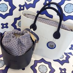 Look Fashion, Fashion Bags, O Bag, Picture Tag, Suitcases, Oclock, Italian Style, Bucket Bag, Wallets