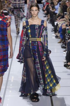 See the complete Sacai Spring 2018 Ready-to-Wear collection.