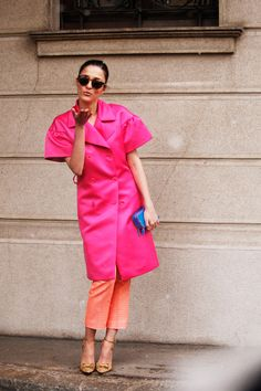 Fotos de street style en Milan Fashion Week: Sorpresas que aguardan prácticamente en cada rincón de Milán. Blow me a kiss, Eleonora!