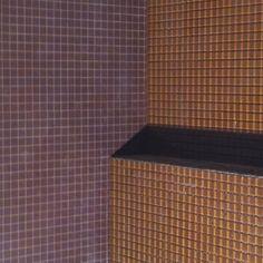 Här ser man hur mosaiken Brown och Cacao funkar ihop i Lottas och Åkes badrum...