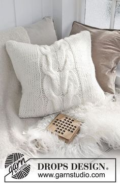 Cozy weekend pillow / DROPS - free knitting patterns by DROPS design - Knitted Cushion Pattern, Knitted Cushion Covers, Crochet Pillow Patterns Free, Knitted Cushions, Knitting Patterns Free, Free Knitting, Free Pattern, Drops Design, Crochet Mug Cozy
