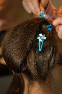 Fixer des barrettes - Coiffures, relooking, Modèle de coiffure, idées de coupes de cheveux, photo de coiffures - Fixer la mèche qui retombe avec quelques barrettes colorées. En version soir, choisissez des couleurs assorties à votre tenue pour un effet plus sophistiqué.