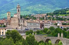 Bobbio - Emilia Romagna Old Town Italy, Travel Destinations, Spain, Old Things, Mansions, House Styles, Building, Beautiful, Italy