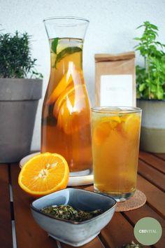 500 ml Wasser mit 4 EL Erythrit/Zucker aufkochen ➡ 3EL Hanf Energy Tee dazugeben & 6 Minuten ziehen lassen ➡ abkühlen lassen ➡ etwa 300 g Eiswürfel in eine Karaffe geben ➡ Tee durch ein Sieb in die Karaffe gießen ➡ 1 ½ Orangen in den Tee pressen ➡ übrige Orange in Scheiben schneiden & gemeinsam mit Minze in die Karaffe geben ➡ Hanf-Energy Eistee mit Eiswürfel und Minze servieren & kühl genießen 🍊 Belebend & aktivierend 🌱 Reich an natürlichem CBD 🌱 Mit Ingwer, Zitronengras & Grüntee. Kraut, Hurricane Glass, Alcoholic Drinks, Orange, Tableware, Food, Lemon Grass, Carafe, Mint