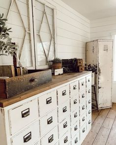 Look into these fab choices with regard to old-time Country Furniture, White Furniture, Vintage Furniture, Painted Furniture, Vintage Lockers, Upcycled Home Decor, Vintage Storage, Vintage Farmhouse, Farmhouse Style