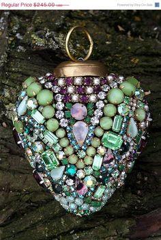 Vintage Green and Purple Rhinestones Jeweled Heart Jewelry Tree, Old Jewelry, Jewelery, Jewelry Making, Antique Jewelry, Jewelry Box, Bling Bling, Beaded Ornaments, Christmas Ornaments
