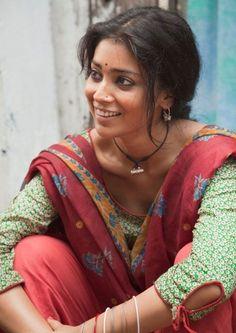 Hintli Bir Kadın Sokakta Oturuyor.
