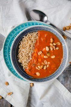 Blitzschnelle afrikanische Erdnusssuppe – weil verrückt manchmal unfassbar gut ist #Erdnuss #Erdnussbutter #Erdnüsse #Gemüsebrühe #gesund #glutenfrei #herzhaft #Karotte #Knoblauch #kochen #laktosefrei #Möhre #Reis #Rezept #schnell und einfach #Sojasauce #Suppe #Tabasco #Tomatenmark #vegan #vegetarisch #Zucchini #Zwiebel