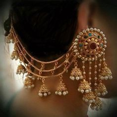 Captivating Champasaralu or Ear Chain Designs Champasaralu is a festive Indian decorative ear chain worn with earrings t Indian Jewelry Earrings, Gold Jhumka Earrings, Indian Jewelry Sets, Jewelry Design Earrings, Gold Earrings Designs, Bridal Earrings, Bridal Jewelry, Gold Jewelry, Drop Earrings