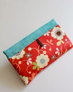 Easy Pencil Case Tutorial - Easy Pencil Case Tutorial…uses an old tape measure to form the snap closure. Pencil Case Pattern, Pencil Case Tutorial, Diy Pencil Case, Sewing Hacks, Sewing Tutorials, Sewing Crafts, Sewing Projects, Sewing Ideas, Fabric Crafts