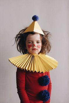 clown DIY kids costume – Browse simple, no-sew kids and baby DIY Halloween costu… Clown Costume Diy, Circus Costume, Carnival Costumes, Diy Costumes, Costume Ideas, Diy Carnival, Last Minute Halloween Kostüm, Fete Halloween, Holidays Halloween