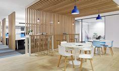 5-comedor general #office #workplace #design #color  Sobre una base de #colores #neutros, #blanco, #negro y #maderas claras, distintos tonos de #azul ponen una nota relajada a esta oficina de espacios abiertos en un entorno flexible.