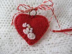 Martisor inimioara de marihandmade Breslo 8 Martie, Bulgarian, Mothers, Diy And Crafts, Craft Ideas, Spring, Crochet, Handmade, Romania