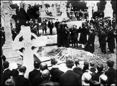 Thomas Ashe funeral, Michael Collins, who gave the oration, is on the left, in a Volunteer uniform. Republic Of Ireland, The Republic, Ireland 1916, Michael Collins, Irish American, Kingdom Of Great Britain, Irish Eyes, The Orator, Fighting Irish
