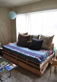I built a raised pallet daybed for my living room...goodbye crappy futon!  Designed & built by Simone Drucker, @simone drucker