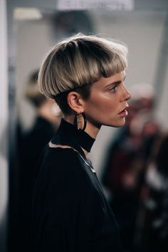 Model Nina Milner wearing black #richfashion #unique #style #hair #haircut #hairstyle