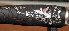 Картинки по запросу всечка металла в дерево Engraved Knife, Engraved Pocket Knives, Knife Making, Bed Pillows, Carving, Metal, Awesome, Silver, Wood Work