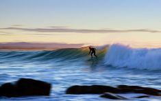 b0ec077a56 SURF Y OLAS. FOTO ANDRE HUGO EN UNSPLASH - SURFER RULE