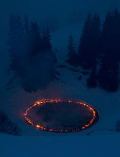 Douglas Gordon et Morgane Tschiember ont créé ces installations de land art dans les Alpes suisses, ils ont créé des cercles parfaits de bois qui s'enflamment jusqu'au coeur de la nuit.
