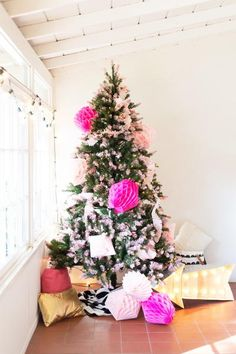 How to Decorate a Christmas Tree | Learn about the different ways to decorate Christmas trees. Let your Christmas tree shine this year!