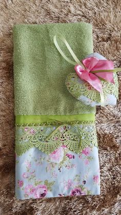 Toalha de lavabo (G) com sachê Hand Embroidery Designs, Ribbon Embroidery, Sewing Crafts, Sewing Projects, Linen Baskets, Bathroom Towel Decor, Towel Crafts, Kitchen Hand Towels, Embroidered Towels
