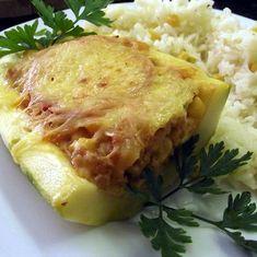 Ízletes és laktató finomság, fél óra alatt elkészíthető. Ha nincs kedvünk órákon át főzőcskézni, ez a nekünk való finomság. Hozzávalók: 2 nagyobb cukkini 40 dkg csirkehús 15 dkg bacon 3 főtt tojás 1 vöröshagyma 1 zöldpaprika 1 tojás 10 dkg reszelt ementáli zöldpetrezselyem só, bors Elkészítése: A tojásokat felrakjuk főni, közben a tököket meghámozzuk, ketté … Hungarian Recipes, Lchf, Lasagna, Ham, Paleo, Healthy Recipes, Healthy Food, Chicken, Ethnic Recipes