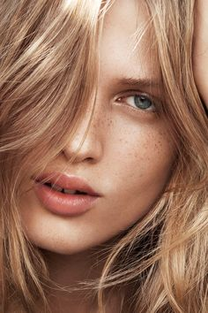 Love a fresh and luminous look? Try a subtle highlighter and a peachy toned lip.   H&M Beauty
