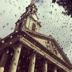 Sunshine and Showers in #London, 18°C | 64°F #BurberryWeather