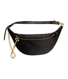 Waist bag in sturdy satin with a zip with a decorative chain at the front. Adjustable imitation leather waist strap with a carabiner hook at one end. High Fashion Trends, Hip Bag, Handmade Handbags, Metal Chain, Fanny Pack, Bag Accessories, Purses And Bags, Leather, Stuff To Buy
