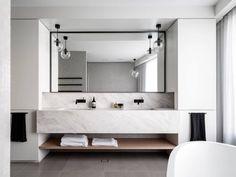 salle de bain design en marbre blanc à Mosman, Sidney, Australie par Corben…