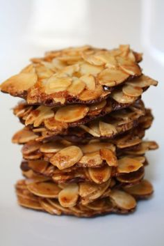 Ottolenghi's Almond Orange Florentines Chocolate Almond Cookies - Gluten Free Vegetable oil 2 cups sliced almonds (without skins) Zest of 1 orange 2 egg whites, room temperature cup confectioner's sugar 7 ounces bittersweet chocolate (optional) Gf Recipes, Gluten Free Recipes, Sweet Recipes, Cookie Recipes, Dessert Recipes, Baking Recipes, Gluten Free Almond Cookies, Gluten Free Sweets, Gluten Free Baking