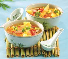 Čínská polévka s bramborami a vepřovým masem Pho Bo, Thai Red Curry, Cantaloupe, Menu, Fruit, Ethnic Recipes, Soups, Indie, Menu Board Design