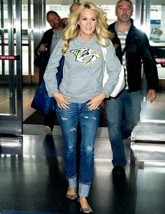 "Carrie Underwood is one of my favorite country singers and she is pretty and married to mike Fisher who plays on the hockey team ""The Predators. Casual Outfits For Moms, Date Outfit Casual, Mom Outfits, Winter Outfits, Winter Clothes, Hockey Outfits, Hockey Wife, Carrie Underwood Photos, Jeans And Flats"