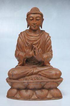 buddha holz figur mit dem rad der lehre