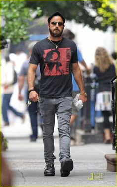 Justin Theroux: One of Jennifer Aniston's Favorite Co-Stars!: Photo Justin Theroux makes his way down a quiet street on Thursday (June in New York City. The actor wore a Minor Threat t-shirt, which is a punk rock… Minor Threat, Justin Theroux, Jennifer Aniston, Beard Styles, Streetwear Fashion, Casual Looks, Nice Dresses, Men's Fashion, Street Wear