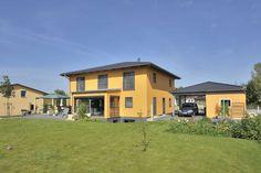 Leuchtend gelb verbreitet diese klassische Stadtvilla mit integrierter Garage ganzjährig gute Laune. Viele Fensterflächen mit Rahmen in elegantem anthrazit sorgen für Licht und der sich zur großzügigen Terrasse hin öffnende Wintergarten schafft ein Maximum an Außenbezug. 217 m² Gesamtwohnfläche