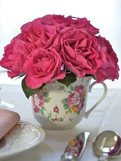 Bring the outdoors in by making this darling #DIY china cup garden. #flowers