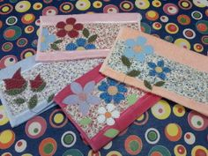 Toalha de lavabo em patchwork e aplicações em um delicado compose de estampas.