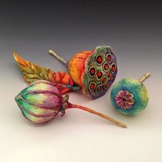 Creating Organic Pods using Polymer Clay with Doreen Gay Kassel on Vimeo Polymer Clay Kunst, Polymer Clay Projects, Polymer Clay Creations, Polymer Clay Beads, Clay Crafts, Ceramic Flowers, Clay Flowers, Small Sculptures, Clay Design