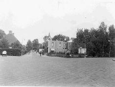 Bussum 1934 Vlietlaan hoek Veerstraat. Bioscoop Novum met tuin en publicatiebord Old Pictures, Outdoor, Outdoors, Antique Photos, Old Photos, Outdoor Games, Old Photographs