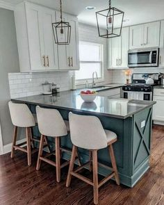 32 Beautiful Small Kitchen Design Ideas And Decor. If you are looking for Small Kitchen Design Ideas And Decor, You come to the right place. Below are the Small Kitchen Design Ideas And Decor. Kitchen On A Budget, Home Decor Kitchen, Home Kitchens, Farmhouse Kitchens, Modern Farmhouse, Rustic Kitchen, Country Farmhouse, French Country, Kitchen Hacks