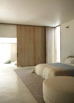 Schuifwand in slaapkamer / Full Height Sliding Doors by Remodelista