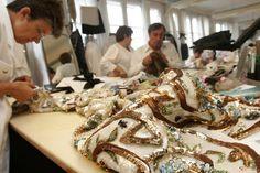"""Pin for Later: 13 Fakten, die ihr wahrscheinlich noch nicht über Chanel wusstet Jedes Jahr zeigt Chanel mit der """"Métiers d'Art Show"""" die Handwerkskunst seiner Mitarbeiter Die künstlerischen Kollektionen der Métiers d'Art Modenschauen sollen das Talent der Mitarbeiter in den Ateliers von Chanel zur Schau stellen."""
