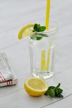 Rezept • Selbstgemachter Zitronen-Melissen Saft Glass Of Milk, Shot Glass, Tableware, Food, Juice, Homemade, Drinking, Backen, Recipes