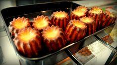 El canelé es un pequeño bizcocho típico de Burdeos. Su origen parecer estar en el  convento de las Annonciades de esta ciudad a principios del siglo XVI.Tiene dos texturas distintas. La parte exterior forma una corteza con sabor profundo a tofe, a caramelo. Su interior es más húmedo y blando, con un sabor intenso de mantequilla y el aroma del ron habana de 7 años que añaden en Moulin Chocolat. Una verdadera Delicatessen. ¡Espectacular!