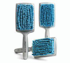 A escova Goody Quik Style tem cerdas de microfibras que absorvem a água de seu cabelo, reduzindo o tempo de secagem em cerca de 30%. Há também aberturas no lados da escova para melhorar ainda ainda mais o fluxo de ar enquanto seu cabelo seca.   As cerdas da escova devem secar naturalmente ao fim do procedimento, ou você pode usar o secador para secá-la. As cerdas tem prorpiedades antimicrobianas para evitar a formação de mofo. É um item indispensável se você tem cabelos longos e espessos.