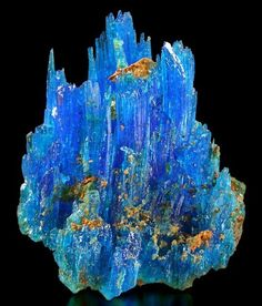 Chalcanthite.  Aztec Mine, Patagonia Mts, Santa Cruz Co., Arizona, USA Taille=4 x 3 cm Copyright Michael Roarke