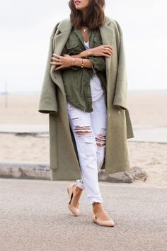 Via Song of Style aimee_song_oversized_coat_white_ripped_jeans_ballet_flats White Jeans Winter, White Ripped Jeans, White Distressed Jeans, White Denim, White Pants, Winter White, Casual Street Style, Looks Street Style, Style Casual